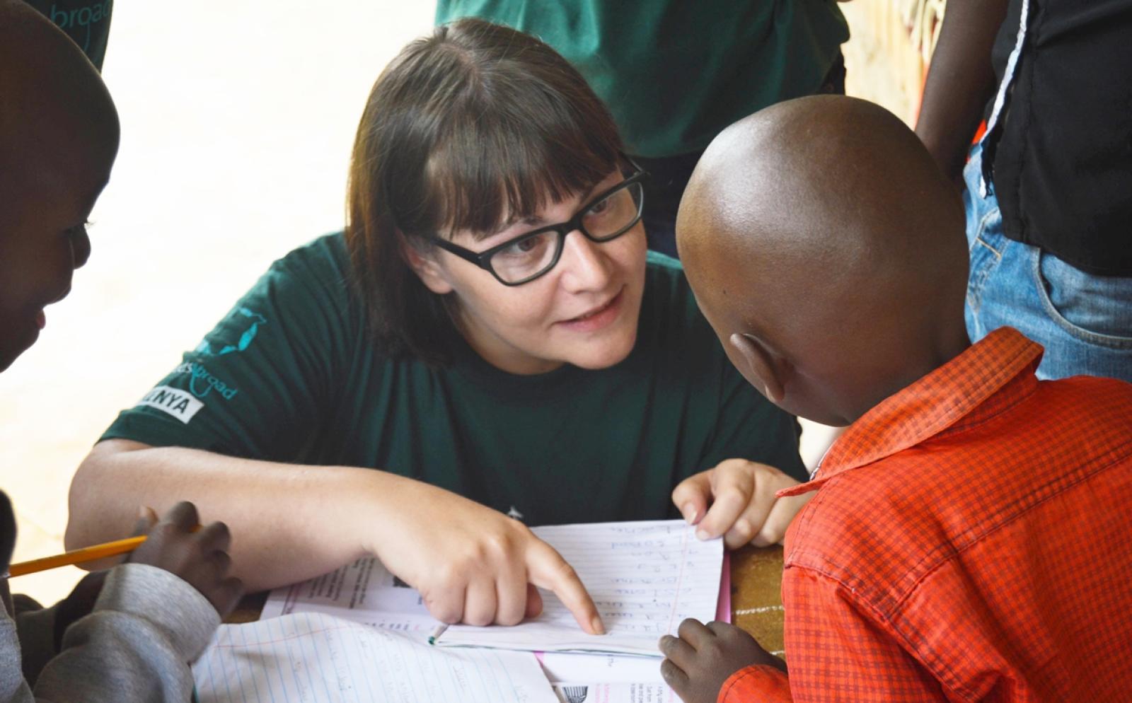 ケニアの子供の学習をサポートする教育ボランティア